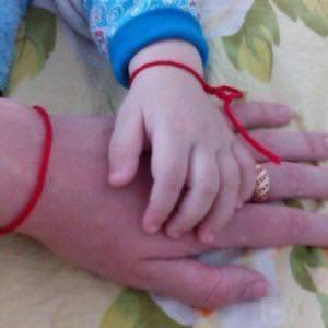 Красная нитка на запястье у детей и взрослых