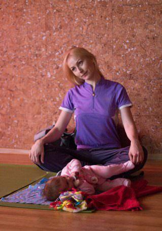 ребенок рядом с мамой