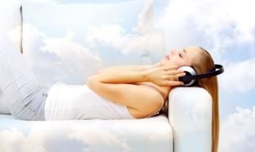 лежа под музыку