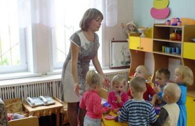 дети возле воспитательницы