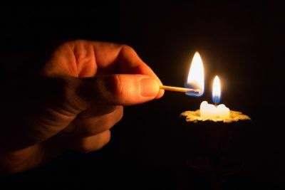 свеча восковая догорает